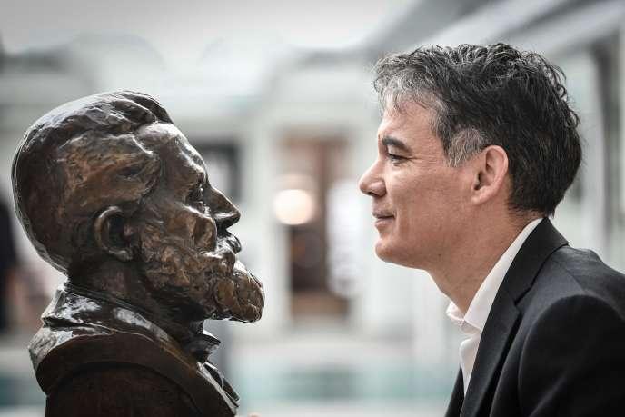 Le premier secrétaire du PS, Olivier Faure et le buste de Jean Jaurès, à Ivry-sur-Seine(Val-de-Marne), le 8 janvier.