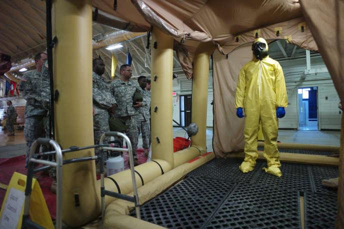 Un militaire américain à l'entraîmenent, à Fort Campbell (Kentucky), avant son départ pour l'Afrique de l'Ouest, le 9 octobre 2014.