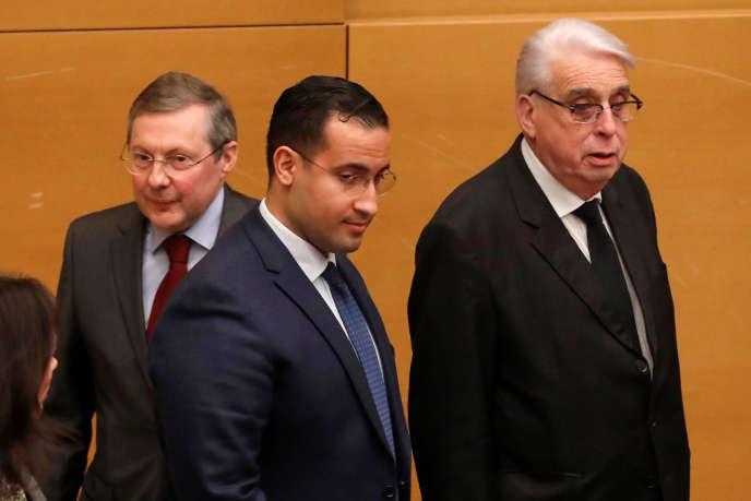 Alexandre Benalla (au milieu) arrive au Sénat à Paris, le 21 janvier 2019, pour assister à une audition des sénateurs de la Chambre haute, encadré par les sénateurs Philippe Bas (à gauche) et Jean-Pierre Sueur.