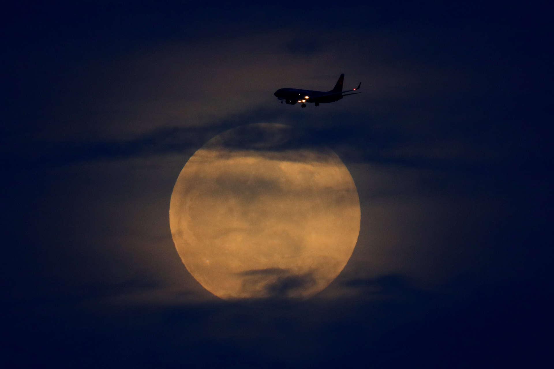 La pleine lune avant le début de l'éclipse, à San Diego, en Californie.