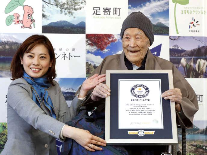 Masazo Nonaka recevant son certificat officiel du Guinness des records dans sa maison de Hokkaido, au Japon, le 10 avril 2018.
