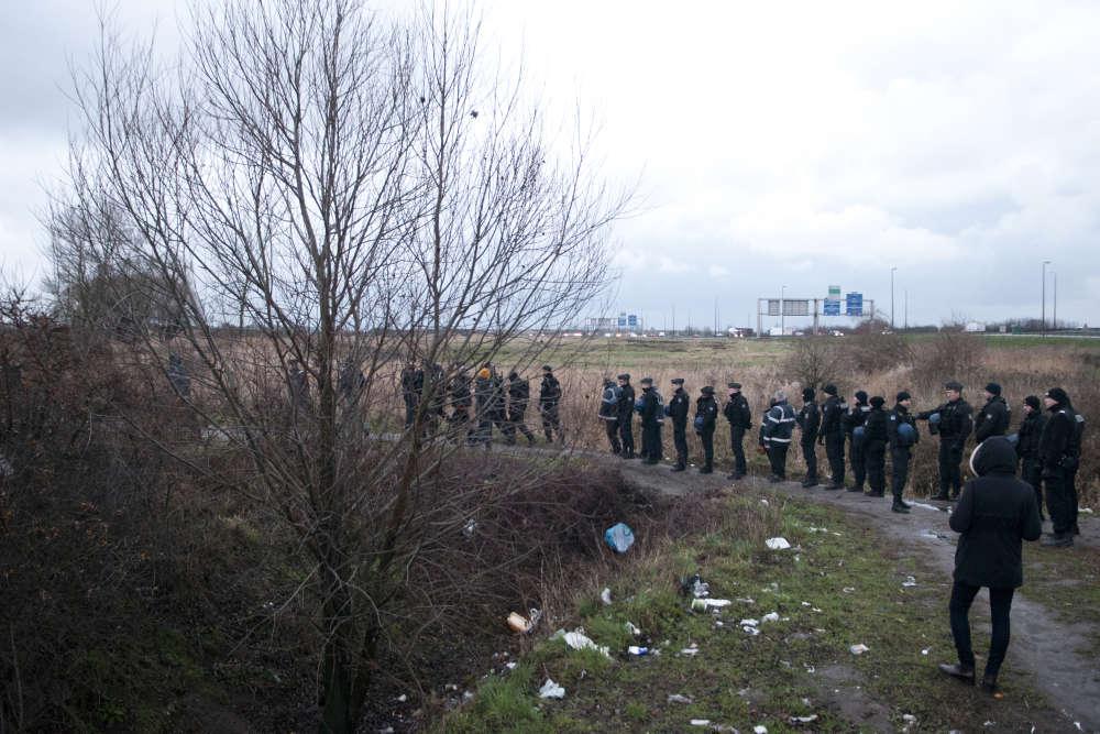 Un jour sur deux, les migrants se font expulser par la police puis rejoignent le lieu même de leur expulsion quelques minutes plus tard. Des mesures visant à dissuader les personnes de rester sur place.