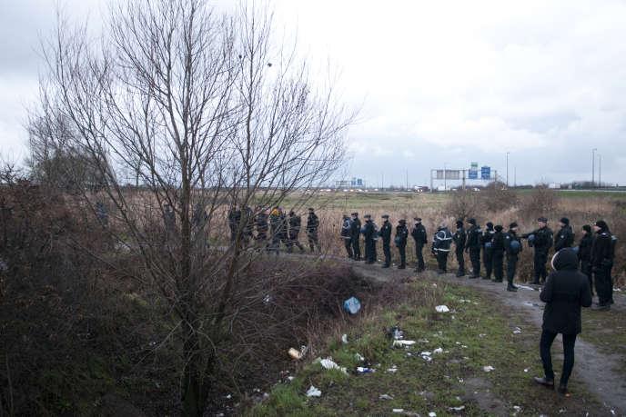 """Calais, le 17 janvier lors du démantélement du camp 'Hospital'. Un jour sur deux, les migrants se font expulser par la police puis rejoignent le lieu même de leur expulsion quelques minutes plus tard. Des mesures visant à dissuader les personnes de rester sur place. SAMUEL GRATACAP POUR """"LE MONDE"""""""