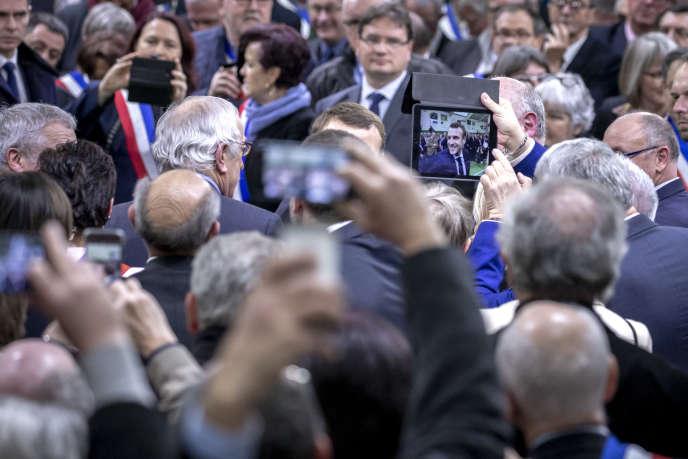 «Si ce débat n'est pas absolument sincère, la grogne populaire aura raison de nos équilibres démocratiques» (Emmanuel Macron participe à une rencontre avec les maires de la région Normandie à Grand Bourgtheroulde, le 15 janvier).