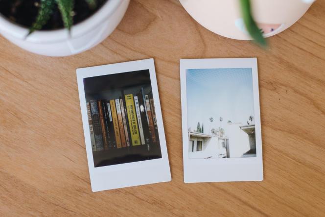 Les photos de l'Instax Mini 9 font grosso modo la même taille qu'une carte bancaire et se glissent ainsi facilement dans un portefeuille.
