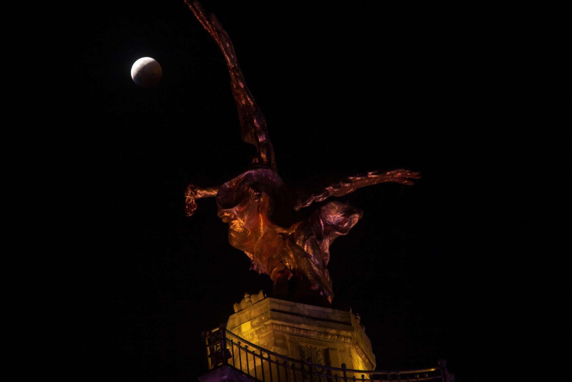 L'éclipse lunaire vue depuis Mexico, au-dessus de la statue« L'Ange de l'Indépendance».