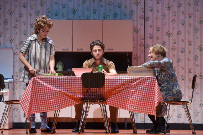 Elsa Verdon, Valentin Clerc, Marilu Marini dans «Le Bonheur (n'est pas toujours drôle)», de Pierre Maillet, à Caen.