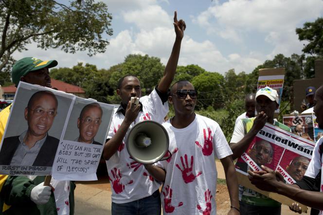 Des membres du parti d'opposition du Congrès national rwandais manifestent contre l'assassinat de Patrick Karegeya,à Pretoria, le 9 janvier 2014.