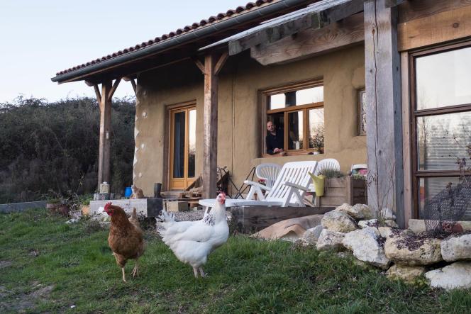 PhilippeEveilleau, à la fenêtre de la maison où il vit avec sa compagne et leurs deux enfants en autonomie,àSaint-Sève(Gironde), le 16 janvier.