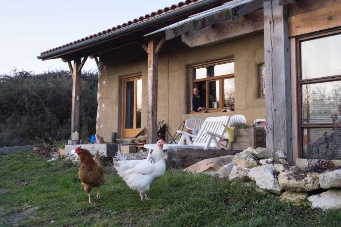 La maison autonome construite par Amélie Bourquard et Philippe Eveilleau, à Saint-Sève (Gironde) en janvier 2019.