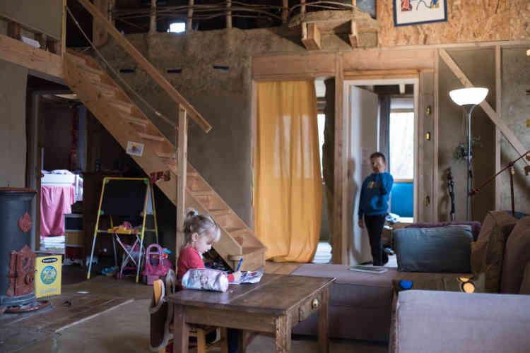 Dans la maison de 100 m2, construite en chantier collaboratif entre 2014 et 2015, tout a été conçu pour économiser les ressources.