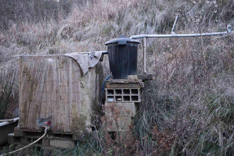 La maison n'est pas racordée à l'eau courante. L'eau de pluie du réservoir sert aussi bien à boire qu'à se laver.