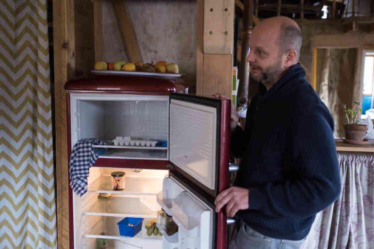 Le frigo est à l'arrêt en hiver et les équipements électroménagers réduits au strict minimum : pas de lave-vaisselle, de lave-linge, de télévision, de sèche-cheveux ni de grille-pain.