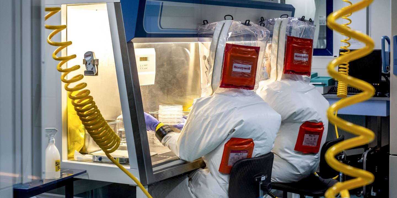 Laboratoire P4 Jean Meirieu, Inserm, pour l'étude des microorganismes pathogènes spéciaux de type EBOLA. Chercheurs virologues en scaphandres pressurisées reliés par des narguilés pour respirer de l'air pur.