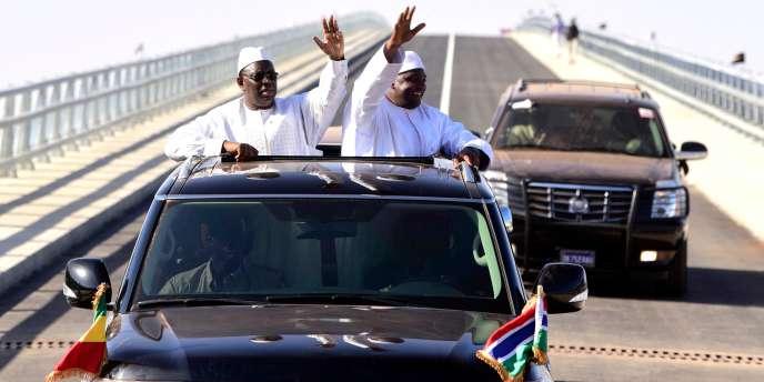 Les présidents sénégalais et gambien Macky Sall et Adama Barrow le 21 janvier 2019 lors de l'inauguration du pont Farafenni qui enjambe le fleuve Gambie et facilite la circulation entre Gambie et Sénégal.