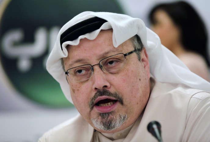 Le journaliste saoudien Jamal Khashoggi parle lors d'une conférence de presse à Manama, Bahreïn, le15 décembre 2014.