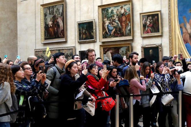 Des touristes au Musée du Louvre en décembre. La France demeure la première destination mondiale et devrait « avoisiner » les 90 millions de visiteurs en 2018.