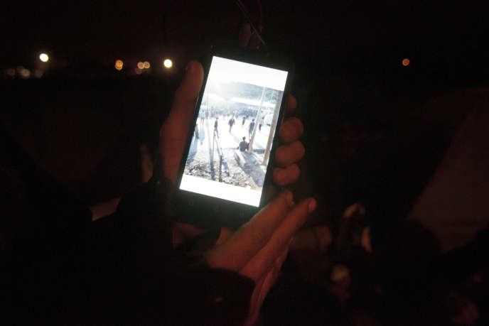 Mustafa est Iranien, il me montre des photographies qu'il a réalisées dans le camp de la Moria, à Lesbos (Grèce). Dans le camp de Pont Trouille, à Calais, le 16 janvier. SAMUEL GRATACAP POUR « LE MONDE »