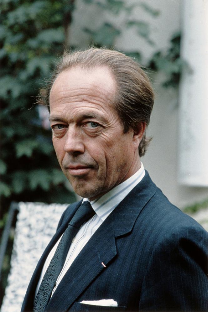 Henri d'Orléans, le comte de Paris, chez lui à Paris, en 1987.