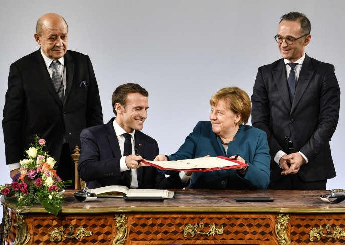 Angela Merkel et Emmanuel Macron signent un nouveau traité pour renforcer la relation franco-allemande, mardi 22janvier à Aix-la-Chapelle.
