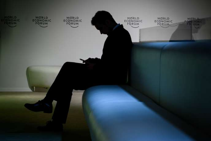 La silouhette d'un visiteur avant l'ouverture du Forum économique mondial à Davos (Suisse), le 21 janvier.