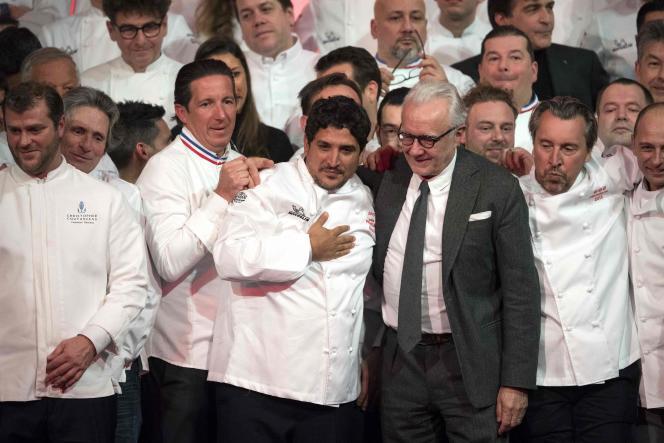 Mauro Colagreco (au centre), avec à ses côtés, à droite, Alain Ducasse et Laurent Petit, à la cérémonie du guide Michelin, à Paris, le 21 janvier.