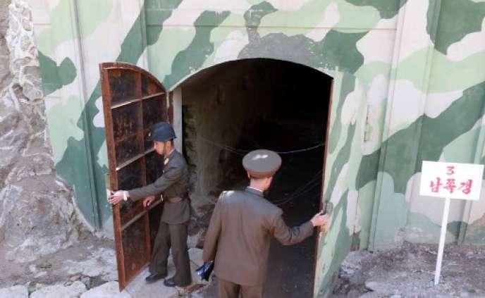 Des soldats nord-coréens, devant l'entrée d'un tunnel sur le site nucléaire dePunggye-ri, que la Corée du Nord affirme avoir détruit, le 24 mai 2018.