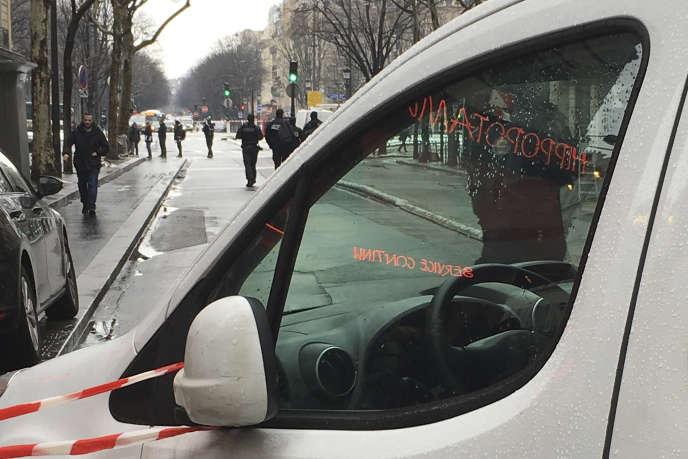 Cordon policier autour de la banque braquée mardi 22 janvier près des Champs-Elysées.