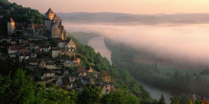 Le village de Castelnaud-la-Chapelle, Dordogne, Périgord. En Dordogne, 11 % des transactions ont été réalisées par des acheteurs étrangers non résidents au cours de la période 2007-2017.