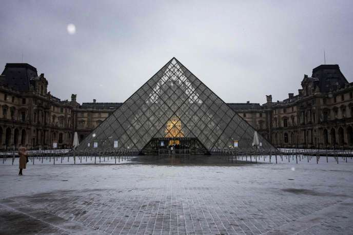 Le Musée du Louvre (photographié ici sous la neige, le 22 janvier) a réalisé un bilan carbone de ses activités entre 2015 et 2017.