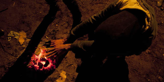 A Calais, le 16 janvier, alors que la température avoisine les 5°C, des migrants seréchauffent au coin d'un feu.