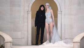 Virginie Viard (à gauche),directrice du studio et bras droitde Karl Lagerfeld, salue à la fin du défilé Chanel.