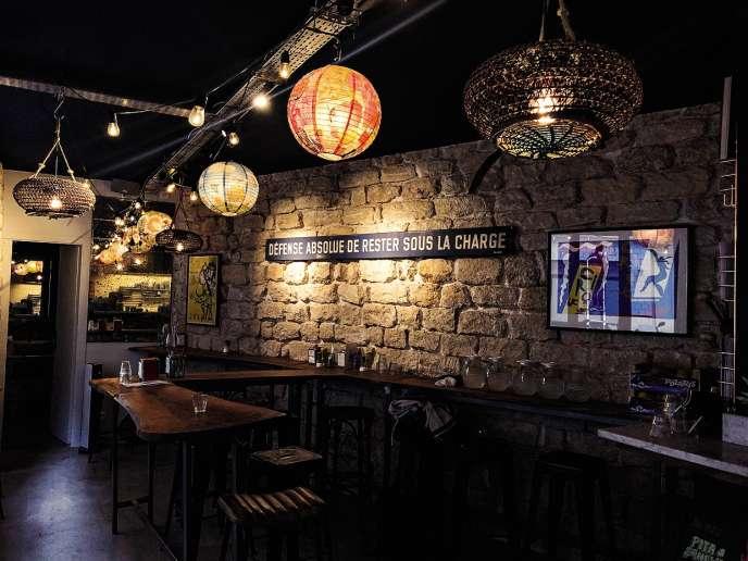 Au restaurant Saul's, un mur de vieilles pierres borde le bar de bois verni.