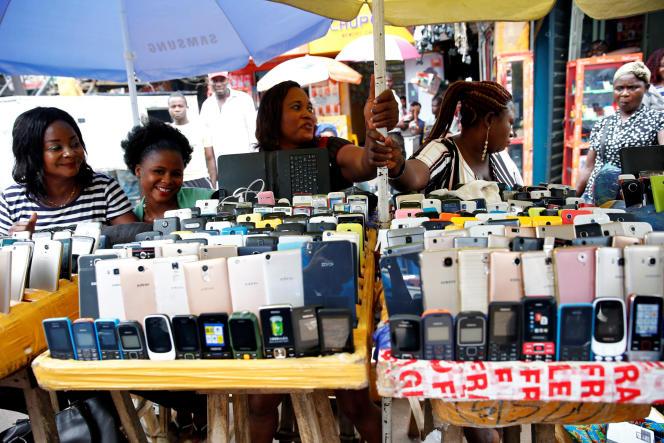 Vendeuses de téléphones à Lagos, au Nigeria, en mai 2017.