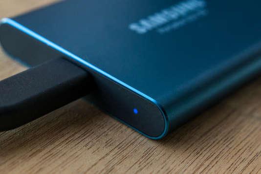 Le voyant lumineux du Samsung T5 indique si le disque est connecté et il clignote quand le transfert de données est en cours.