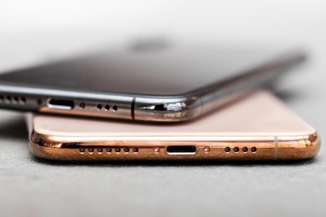 L'iPhone XS et XS Max sont disponibles dans une nouvelle finition or (en bas), en plus des mêmes finitions noir (en haut) et blanc (ne figure pas sur la photo) que celles de l'iPhone X.