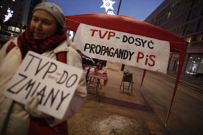 Rassemblement pour protester contre la politique éditoriale de la télévision publique polonaise TVP à Varsovie, le 22 janvier.