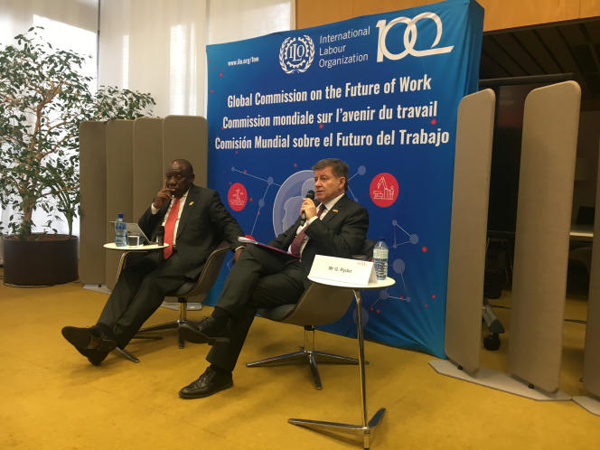 Le président de la République d'Afrique du Sud, Cyril Ramaphosa (à gauche), et le directeur général de l'Organisation internationale du travail (OIT), Guy Ryder, lors de la présentation du rapport de l'OIT sur l'avenir du monde du travail, à Genève, le 22 janvier.