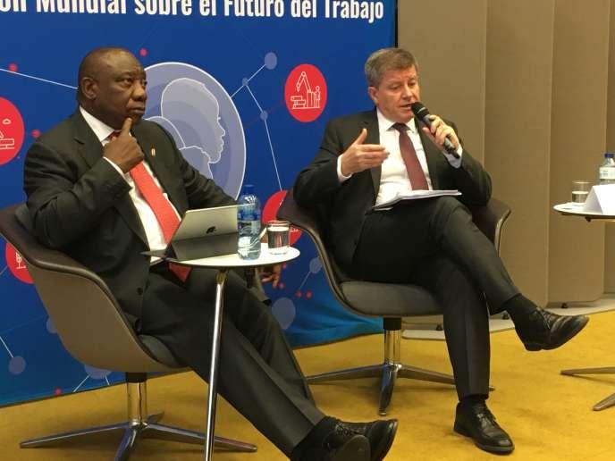 Le secrétaire général de l'OIT, Guy Ryder (à droite), et le président de la République d'Afrique du Sud, Cyril Ramaphosa, lors du lancement du rapport «Travailler pour bâtir un monde meilleur», mardi 22janvier, à Genève.