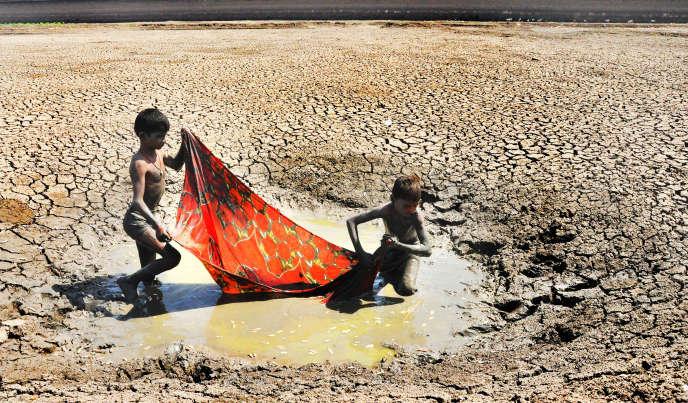 Des enfants essaient de pêcher dans ce qu'il reste du lac Harsul, dans l'Etat du Maharashtra, en mai 2018.