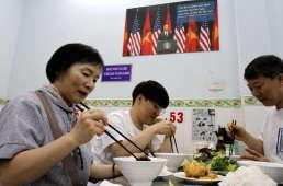 Grâce à l'importante diaspora chinoise dans le monde – évaluée à plus de50millions d'individus – l'usage des baguettes s'est très largement diffusé.