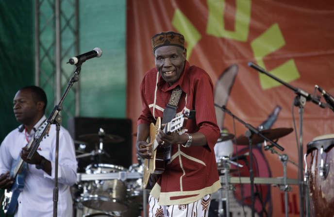 Oliver Mtukudzi, lors d'un festival de musique qui s'est tenu à Karen, dans la banlieue de Nairobi (Kenya), en novembre 2011.
