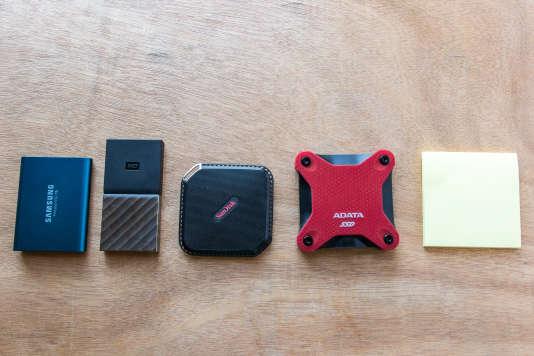Certains SSD portables sont plus petits qu'un bloc de mémos détachables.