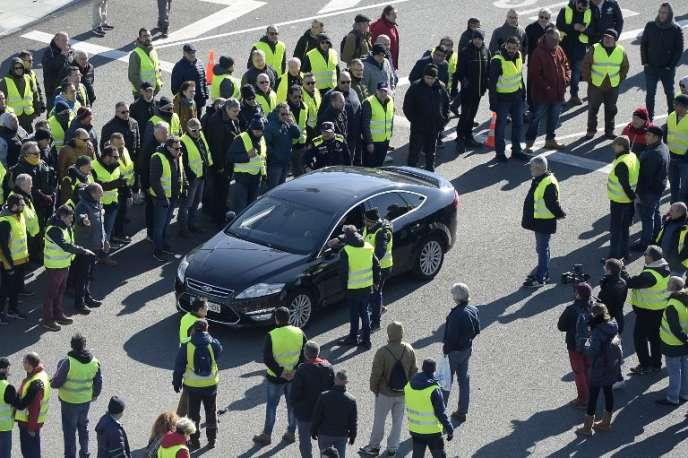 Un VTC de la société espagnole Cabify, bloqué par des chauffeurs de taxi espagnols, mardi 22 janvier, à Barcelone.