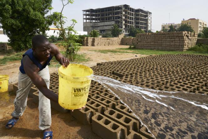 Usine de parpaings à Bamako, au Mali, en octobre 2018.