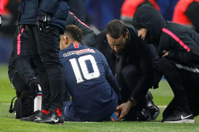 Neymar reçoit les soins du staff médical du PSG.