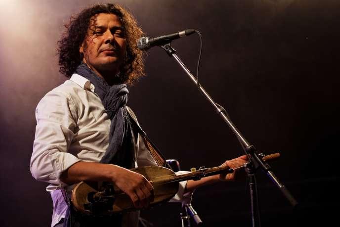 Aziz Sahmaoui & University of Gnawa en concert sur la scène Kermarrec lors du Festival du bout du monde à Crozon (Finistère), en août 2012.