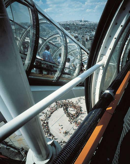 Un bâtiment marquant mais pas intimidant, une piazza pour accueillir la rumeur de la ville : le projet conduit avec Richard Rogers a suscité autant d'hostilité que d'admiration. Aujourd'hui célébré dans le monde entier, le musée reste intimement attaché à Renzo Piano. Ce dernier s'y rend très régulièrement et a installé son agence parisienne à quelques centaines de mètres. Il s'est même donné un surnom : « le Quasimodo de Beaubourg».