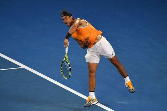 Rafael Nadal a ajusté son service cet hiver pour en faire un geste à l'économie : la flexion est réduite, le corps plus droit au moment de la frappe.