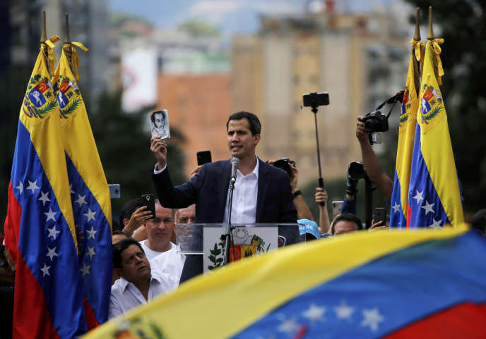 Juan Guaido s'autoproclame président par intérim, une photo de SImon Bolivar – icône de l'indépendance – à lamain. Le 23 janvier 2019 à Caracas.